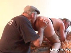 Petite francaise fait plaisir a Papy avant de se faire defoncer le cul par son mec