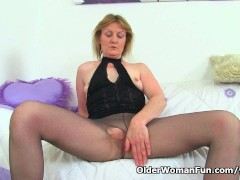 British milf Clare Cream masturbates in nylon tights