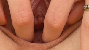Jennifer stretches her pussy in close up