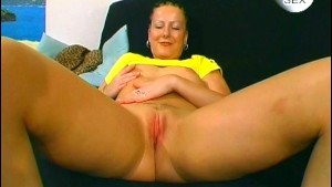 Nasty chick pulls a tampon out - Sascha Production