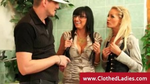 Cleaner gets his pipes cleaned by ladies