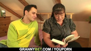 Bookworm mature gets her fat pussy hammered