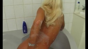Masturbating n the tub - Julia Reaves