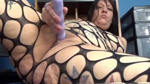 Tattooed MILF Lexxi Meyers is fucking her plump pussy
