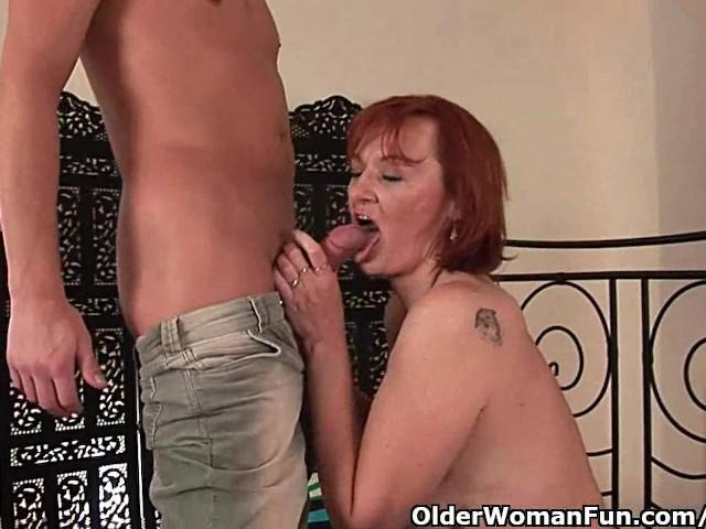 Młodzieniec penetruje babcie całą ręką