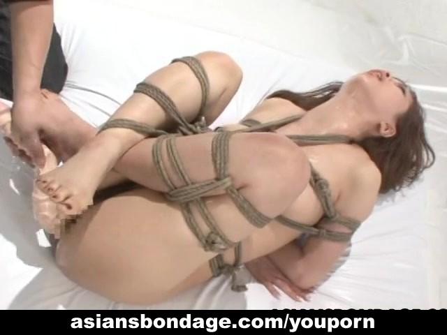アジアの美しさは縛られ、良いオーガズムで犯さ