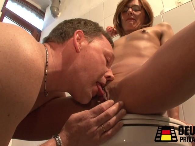 symian sex toy lesben auf dem klo