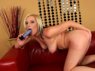 pampy-plays-with-toy-in-her-pussy