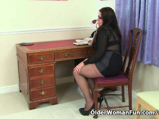milf Jessica Jay gives her mature pussy a treat...