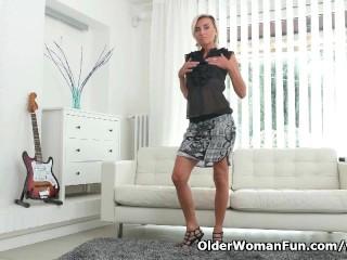 Milf sunny pleasures her mature pussy...